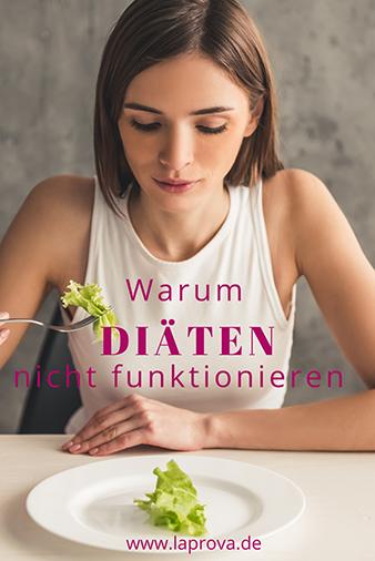 Frau mit Gabel in der Hand schaut auf Teller mit einem Salatblatt